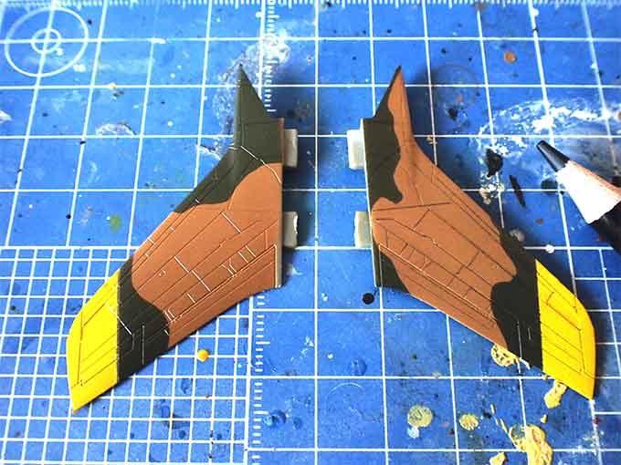 翼の色鉛筆によるスミ入れ