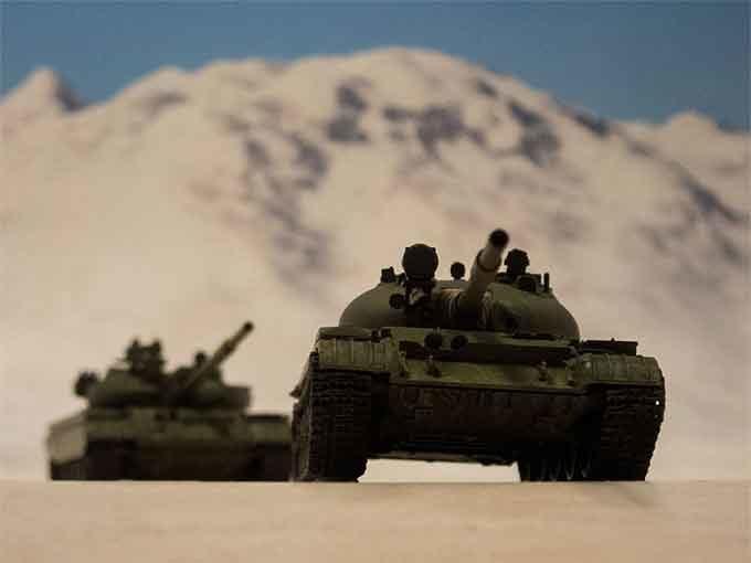戦車2台走行中
