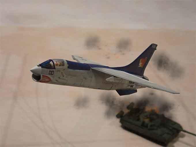 飛び去るF-8E
