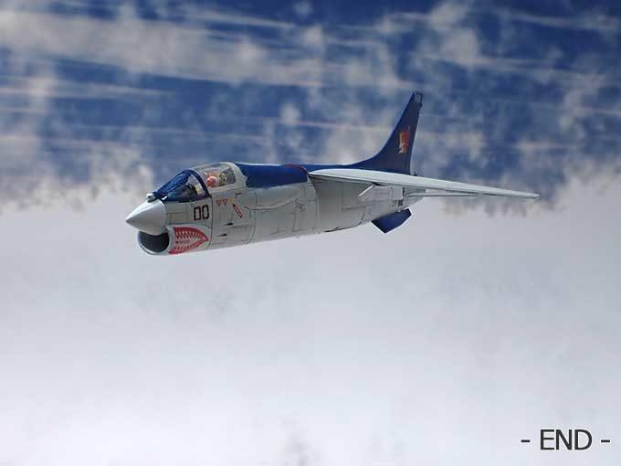 飛行するF-8E